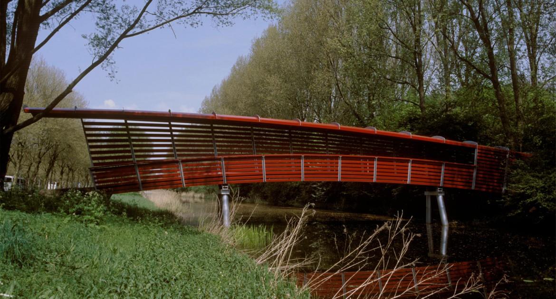 Een ingang - voetgangersbrug naar het Amstelpark in Amsterdam-Zuid