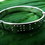 Braille, Zilveren armband met braille - Kor Klompsma