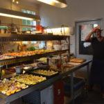 Moestuinders George Heidweiler en Yuri Halberstadt bereiden maaltijd